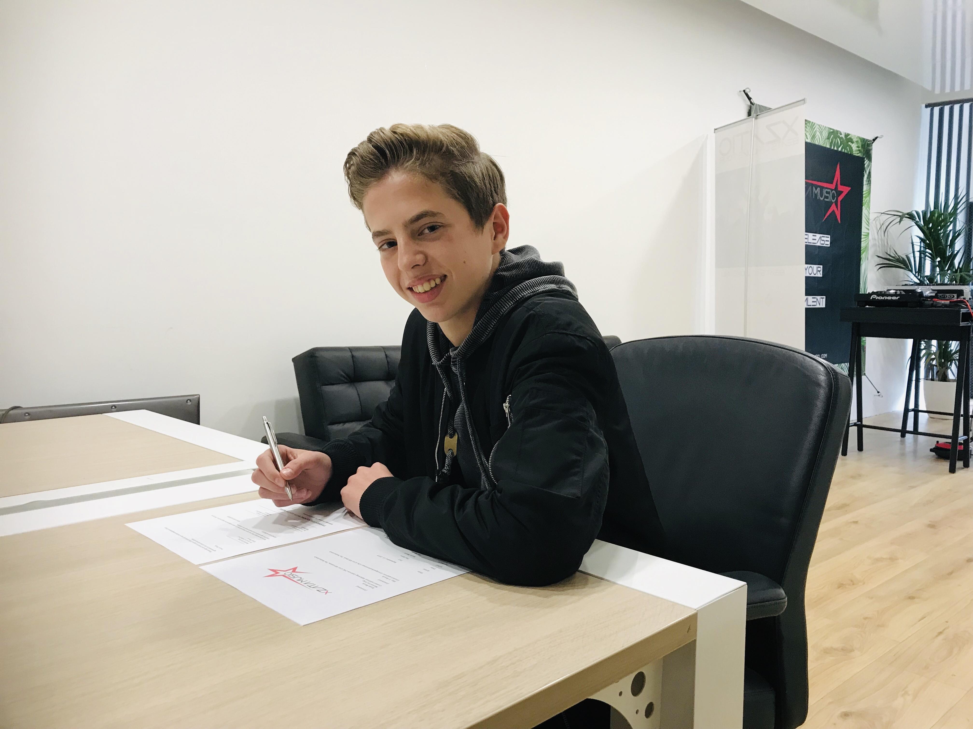 Tijn (14) tekent platencontract bij Xzata Music